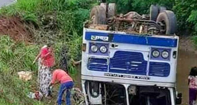 பராக்கிரம வாவிக்குள் பஸ் விழுந்ததில் 23 பேர் காயம்